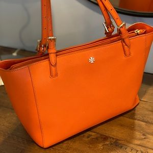 Tory burch emerson  small bucket tote